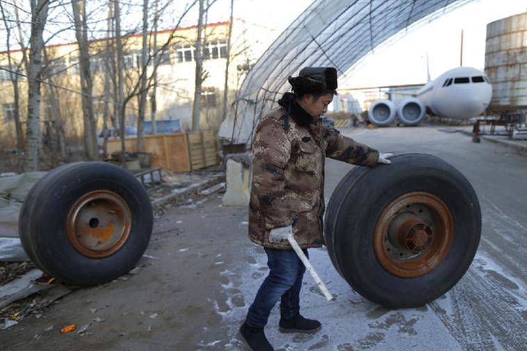 Zhu Yue đang lăn những chiếc lốp lắp vào máy bay A320